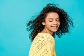 szép göndör afro-amerikai nő mosolyogva elszigetelt kék