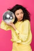 atraktivní africká americká žena s lesklým disco balem izolovaná na purpurové