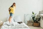 krásná dívka v pletených svetru v ložnici s prostorem pro kopírování