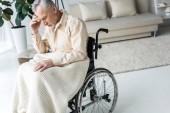 Fotografie nachdenklich deaktiviert senior Mann sitzt im Rollstuhl zu Hause