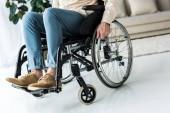 Fotografie Blick auf Behinderte senior Mann sitzt im Rollstuhl zu Hause abgeschnitten