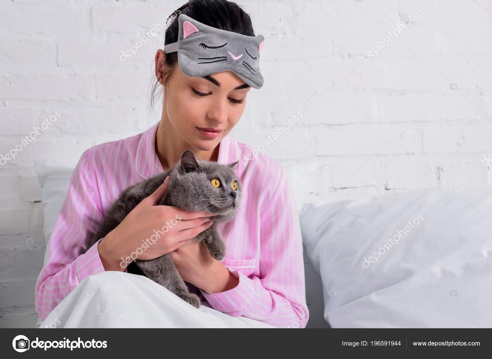 468a92e534 Retrato Mujer Pijamas Máscara Dormir Con Gato Pelo Corto Gran — Fotos de  Stock
