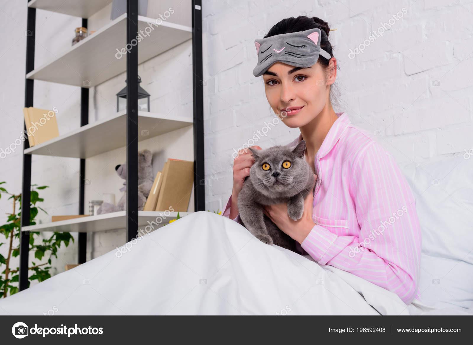 30df9c4d13 Sonriente Mujer Pijamas Máscara Dormir Con Gato Pelo Corto Gran — Foto de  Stock