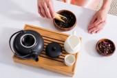 Fotografie oříznuté záběr ženy přípravě čaje přitom čajový obřad ráno doma