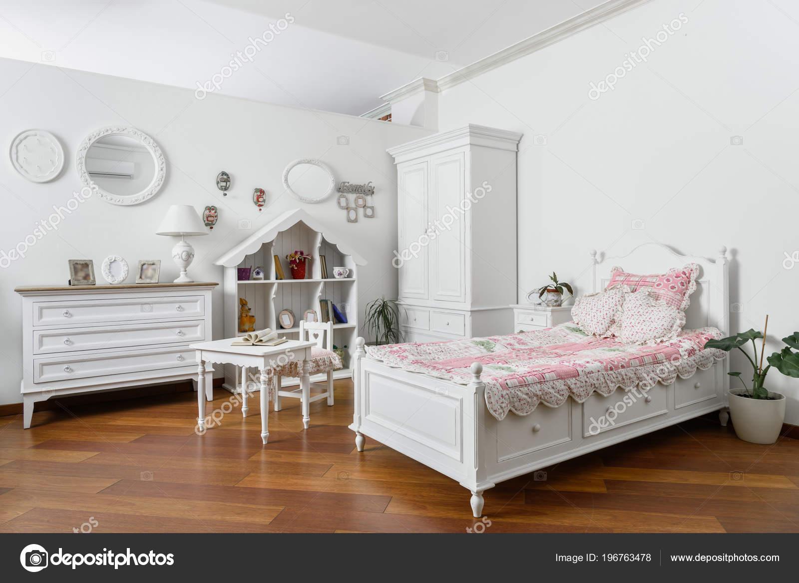 Witte Slaapkamer Meubels : Interieur van moderne lichte slaapkamer met smalle witte meubels