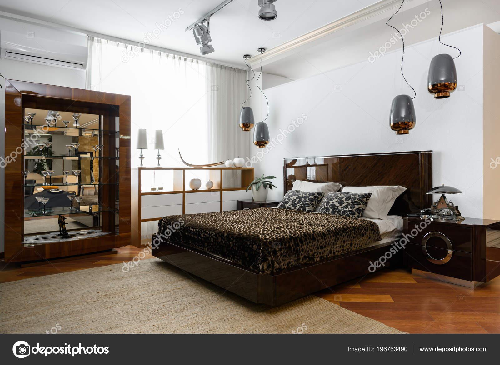 Camera Da Letto Moderna Marrone : Interno della camera letto moderna luce con lampade mensole lenzuola