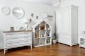 Fotografie interiér ložnice moderní lehké bílé police a skříňky