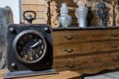 staré vintage hodiny na dřevěný stůl v moderním retro stylu obývacího pokoje