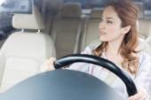 Fényképek töprengő nő keres el autó vezetés közben portréja