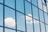 Obloha a mraky odraz v oknech moderní mrakodrap