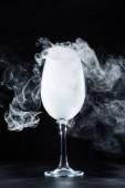 sklenice na víno s bílý kouř na černém pozadí