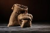 zblízka střílel z pytle s kávou na rustikální dřevěný stůl