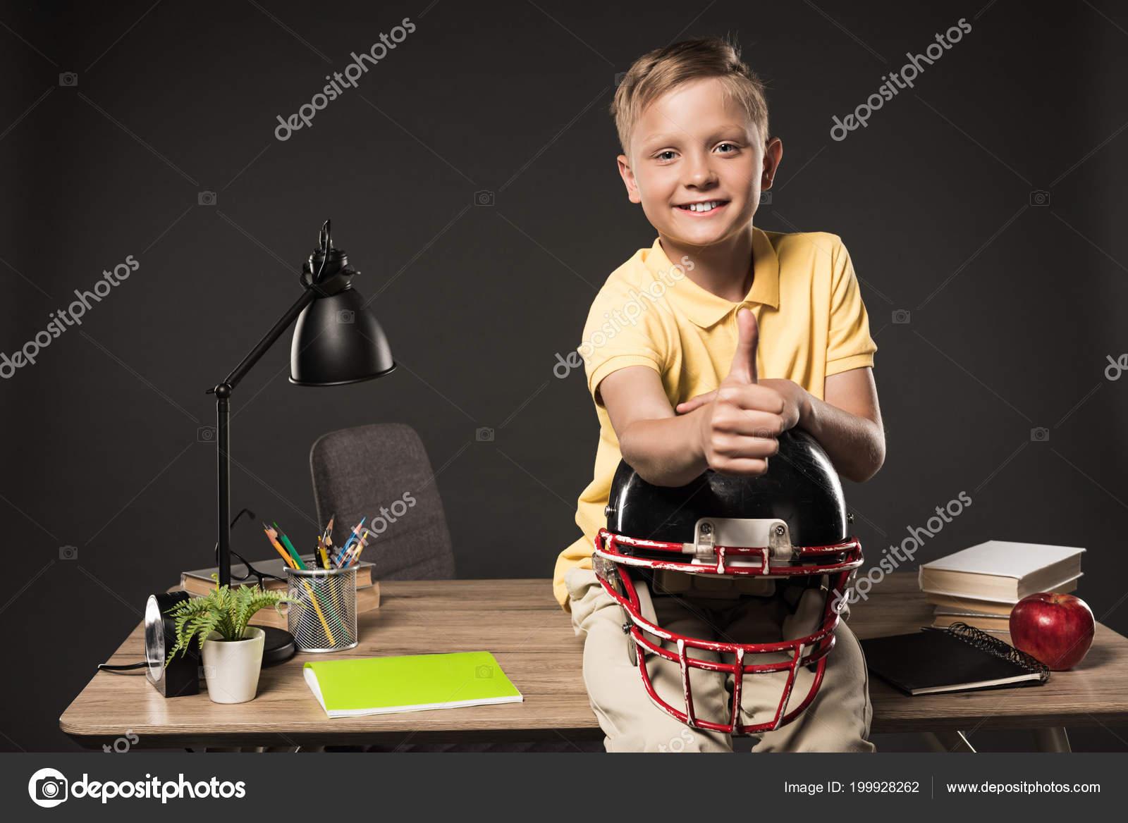 b68f71489c1f5e Gelukkig Schooljongen Houden Van Amerikaanse Voetbal Helm Duim ...
