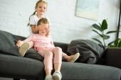 Fotografie entzückende Geißlein für Augen, Schwester zu Hause auf sofa
