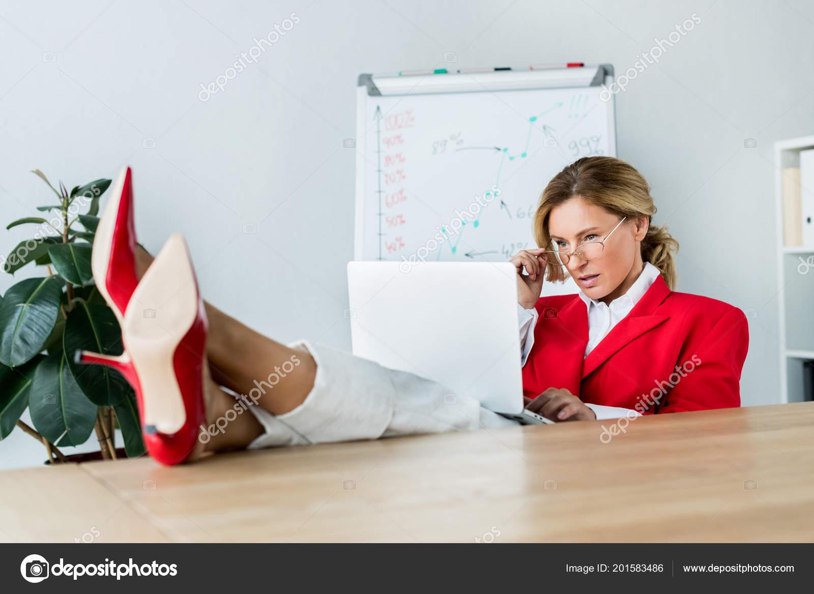 Atractiva Empresaria Mirando Portátil Con Patas Mesa Oficina — Fotos ...