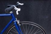 Fotografie one blue bicycle near grey wall on street