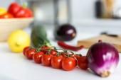 friss, egészséges zöldségekkel konyha asztalon kiadványról