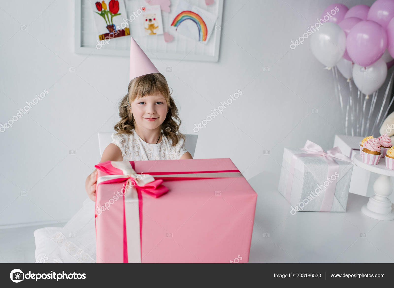 Lachelnde Geburtstagskind Kegel Mit Grossen Geschenk Box Tisch Sitzen Stockfoto