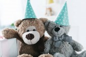 Photo selective focus of teddy bears in cones and gift box
