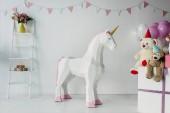 dekorativní jednorožce, medvídky v kužely a vzduchové bubliny v zdobené pokoje narozeniny