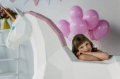 Photo little child sitting with decorative unicorn and bunch of pink balloons