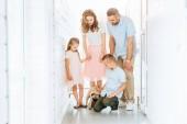 a szülők és gyermekek nézett elfogadott mopszli kutya folyosón a menedék állatok