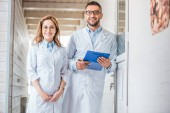 Photo two veterinarians in white coats standing in veterinary clinic and looking at camera