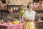 vážnou dospělých hospodyňka v uhýbaje v kuchyni vintage oblečení