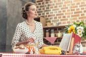 atraktivní pro dospělé v domácnosti vaření v kuchyni a hledat dál