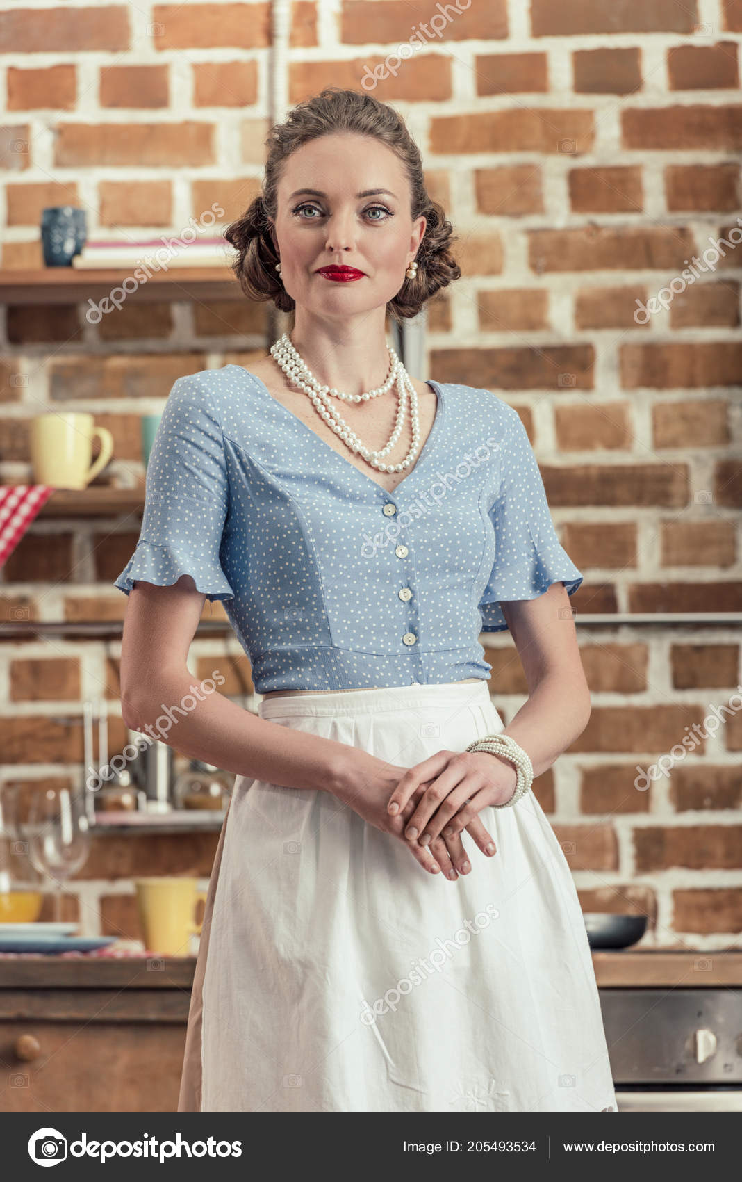 2f538a9bbf2 Atraktivní Pro Dospělé Hospodyně Oblečení Stojí Kuchyni Hledat Dál ...