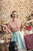 Fotografia casalinga felice adulta con mattarello rivolto alla cucina