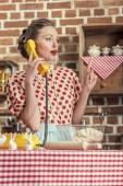 Fotografie überrascht Erwachsenen Hausfrau mit kreativen Idee per Telefon zu sprechen und nach oben in Küche