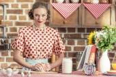 Fotografia bella casalinga adulta impastare con le mani e rivolto alla cucina