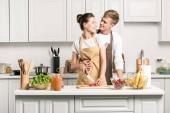 pÛdû přítelkyně přítel, zatímco ona vaření salát v kuchyni