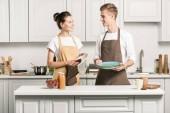 mladý pár sušení nádobí v kuchyni