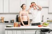 Fotografie mladý pár baví při vaření těstovin v kuchyni