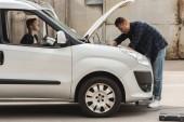 oldalnézet, apa és fia, javítás autó nyitott motorháztető