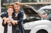 boldog apja átölelve fia után javítás autó