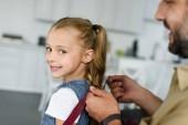 částečný pohled otce pomáhat dcera nosit batoh doma, zpět do koncepce školy