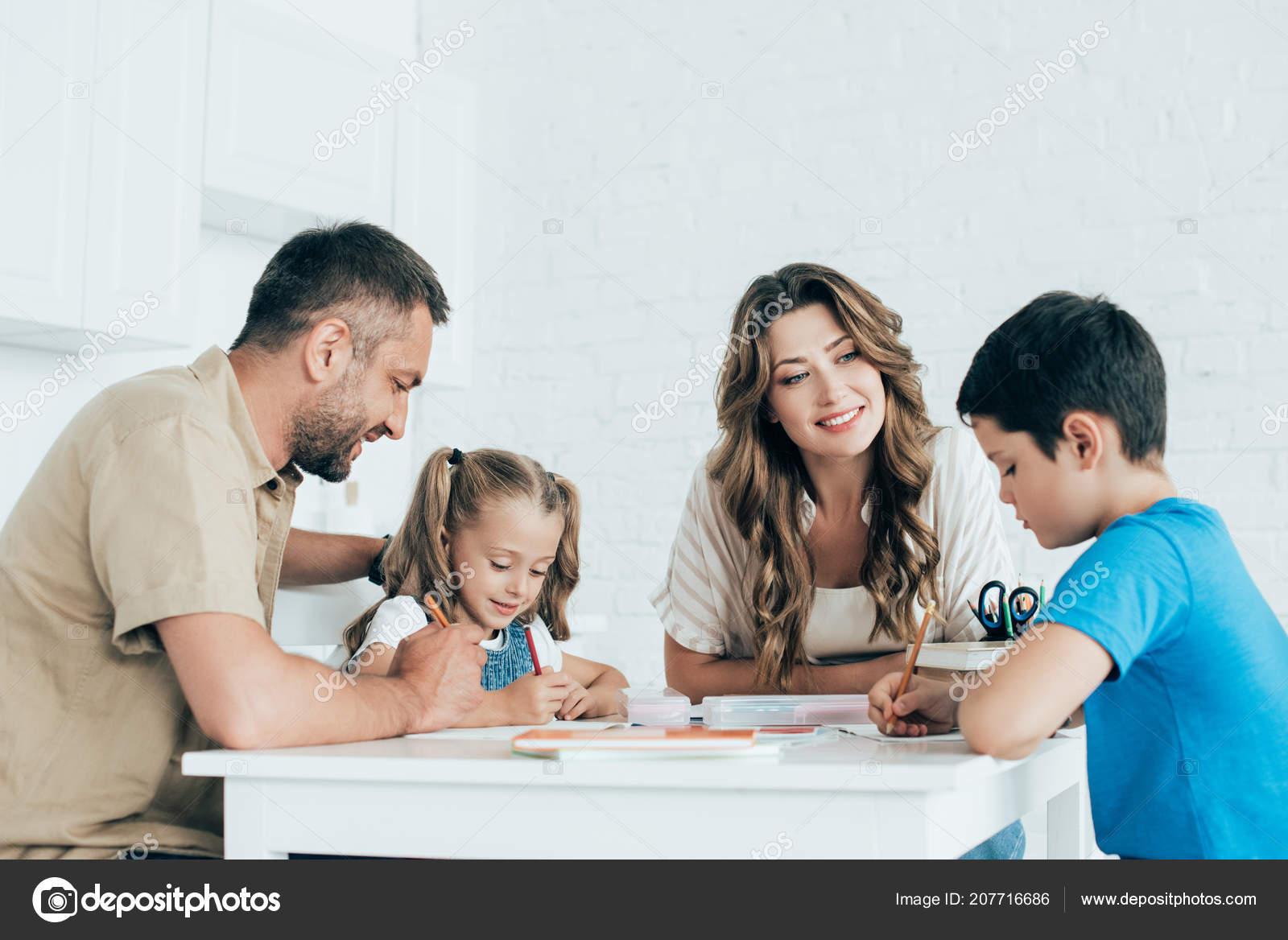 Resultado de imagem para ~familia dentro de casa