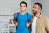 Ať se usmívám otce a syna s doma, batoh do školy koncept
