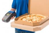 Fotografie oříznuté záběr doručovatel drží pizza do krabice a mobilní terminál izolované na bílém