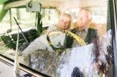 Zobrazit přes čelní sklo starší pár sedící v autě béžové, Selektivní ostření