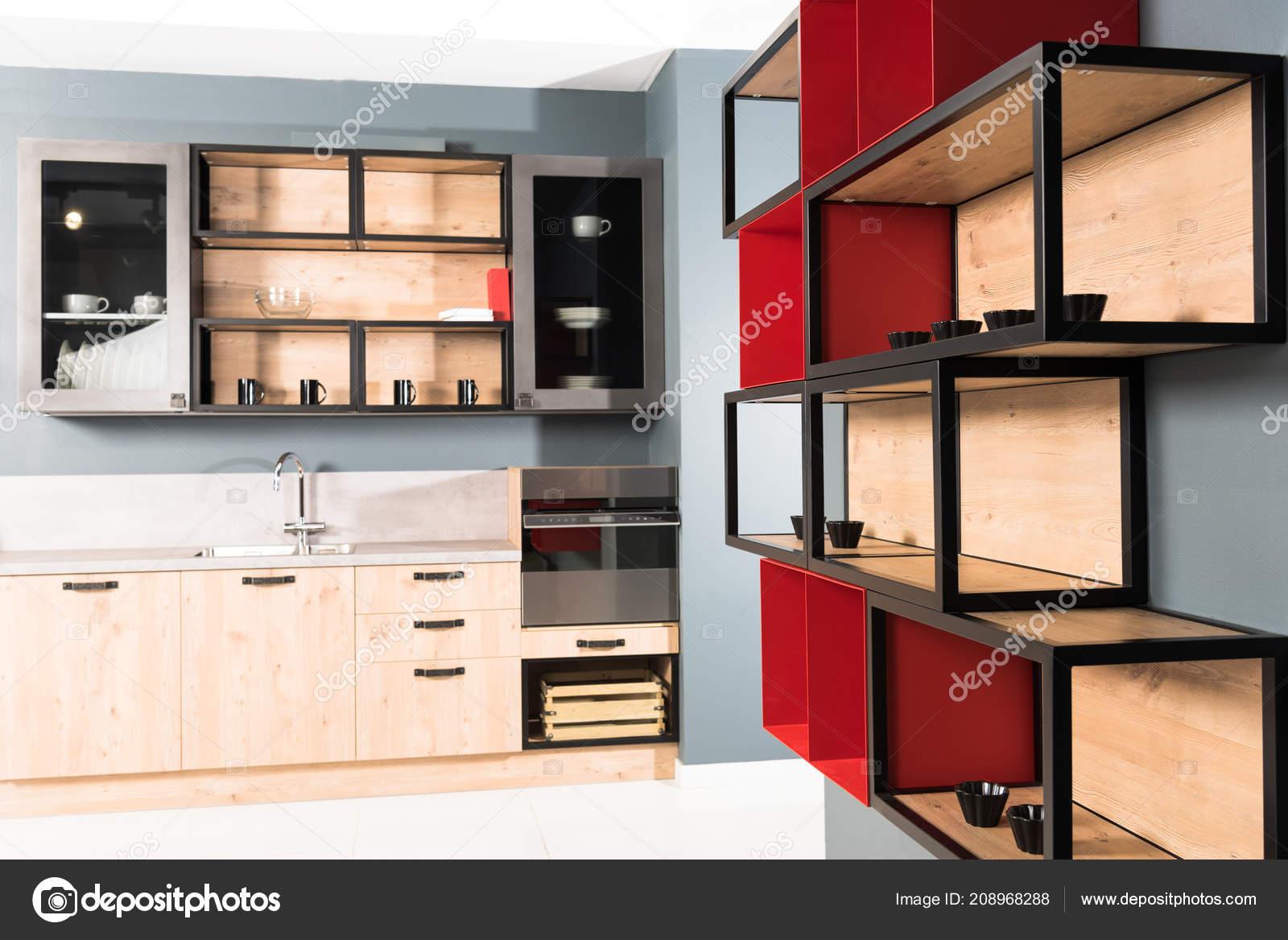 af3291281012d Interiér moderní čisté lehké kuchyně kuchyňské linky a červená police–  stock obrázky