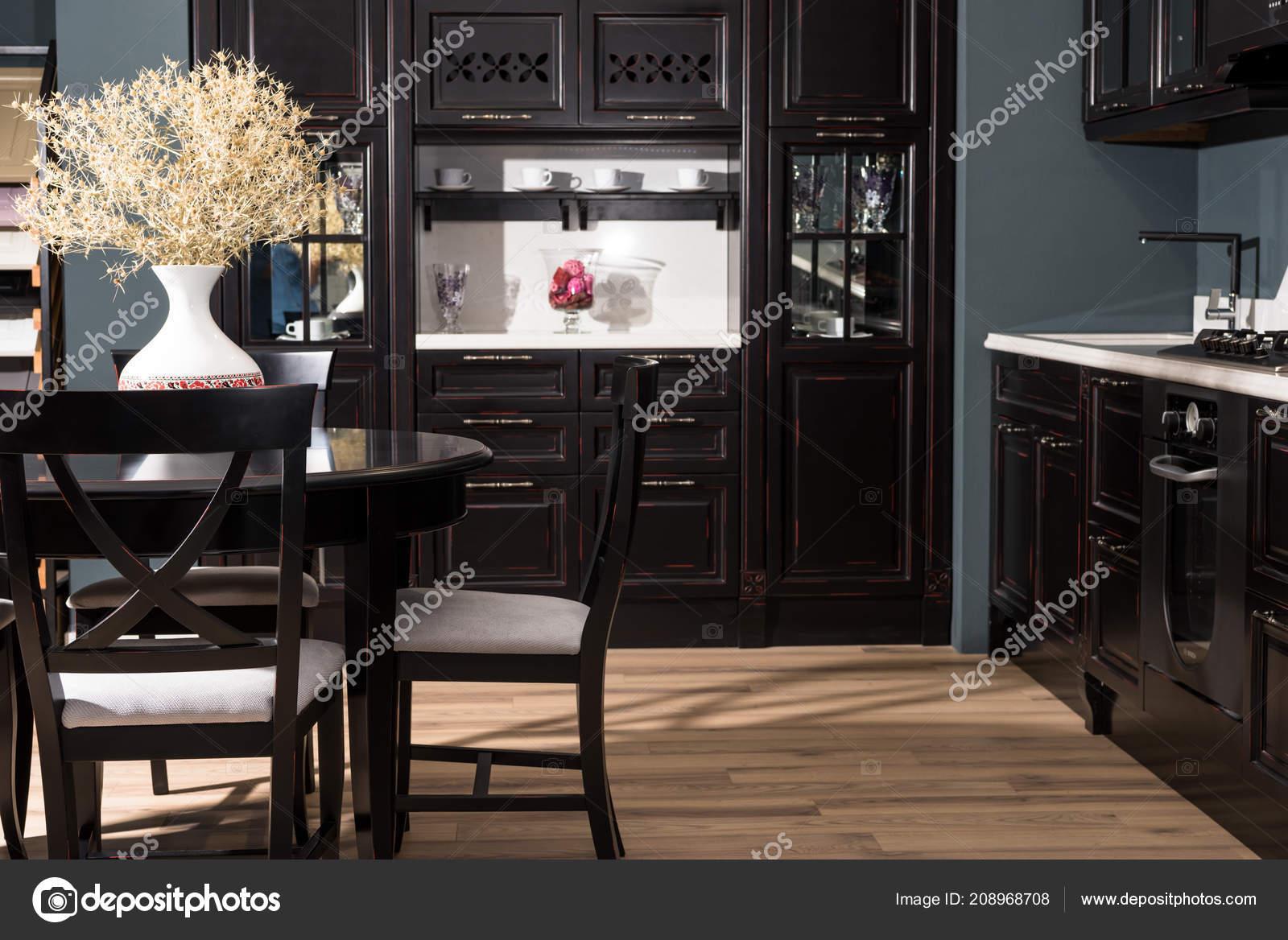 Mobili Della Sala Da Pranzo : Interno della sala pranzo moderna con mobili neri vaso fiori