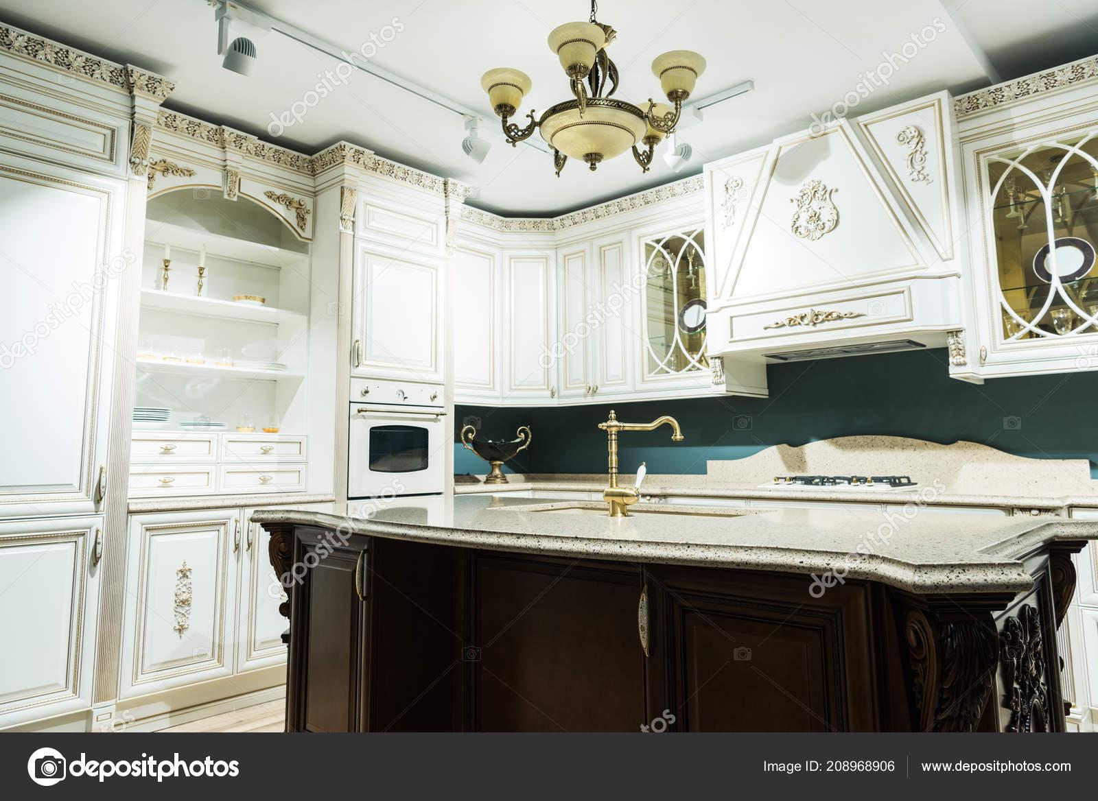 Interni Cucina Bianca Moderna Con Arredamento Confortevole ...
