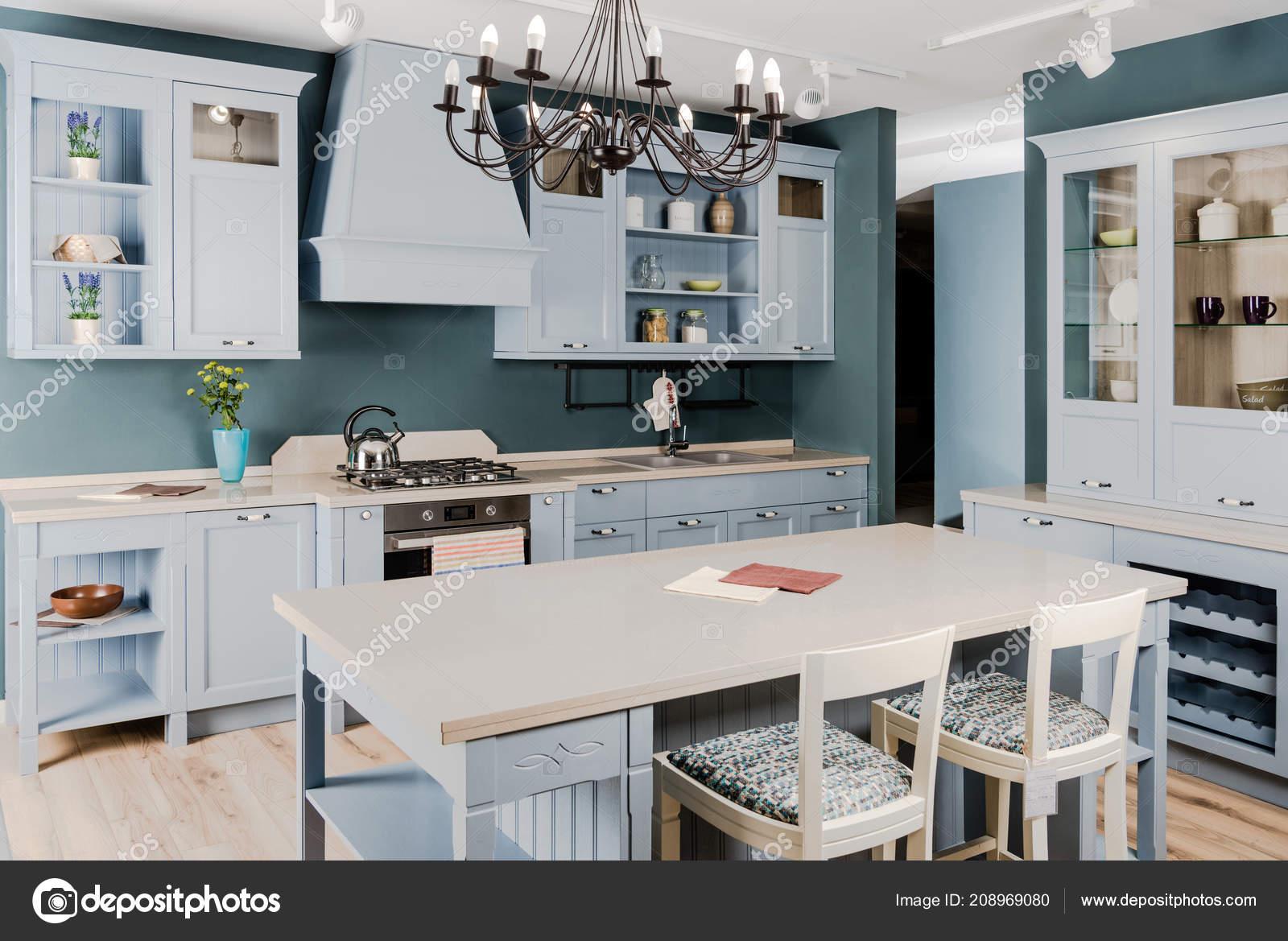 Interior Luz Cocina Con Muebles Madera Blanco Mesa Sillas — Foto de ...