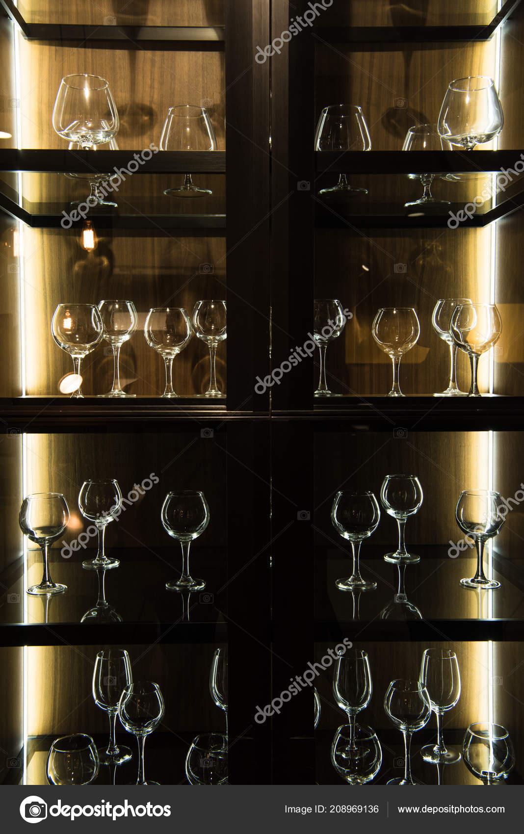 Planken Voor In De Keuken.Verschillende Glazen Planken Keuken Met Donker Licht Stockfoto