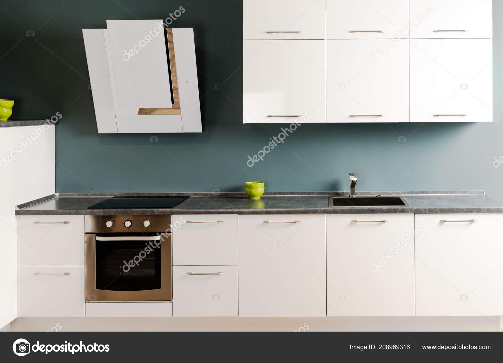 Interieur van moderne keuken met witte aanrecht fornuis oven
