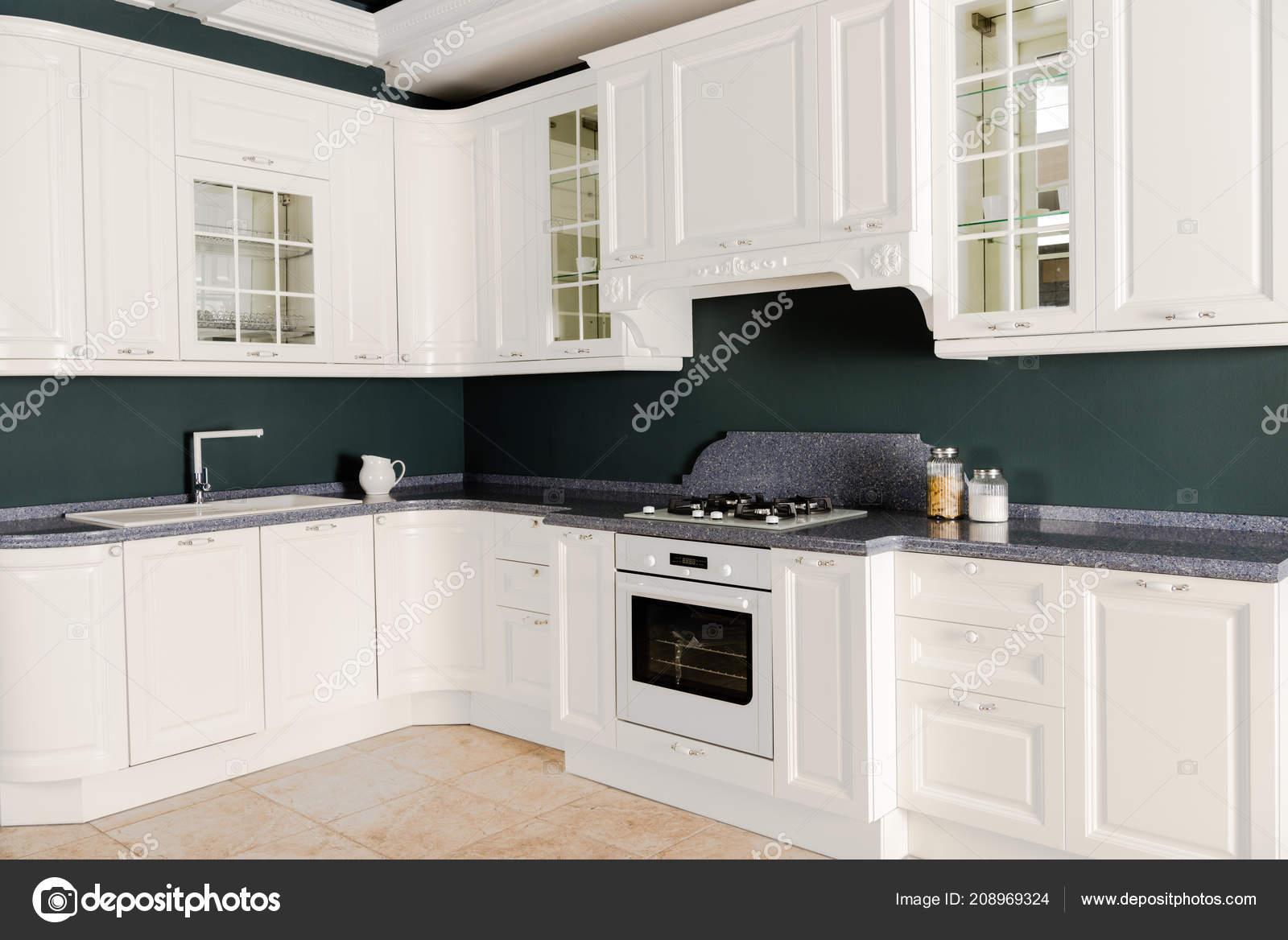 Interieur van moderne lichte keuken met witte houten meubelen